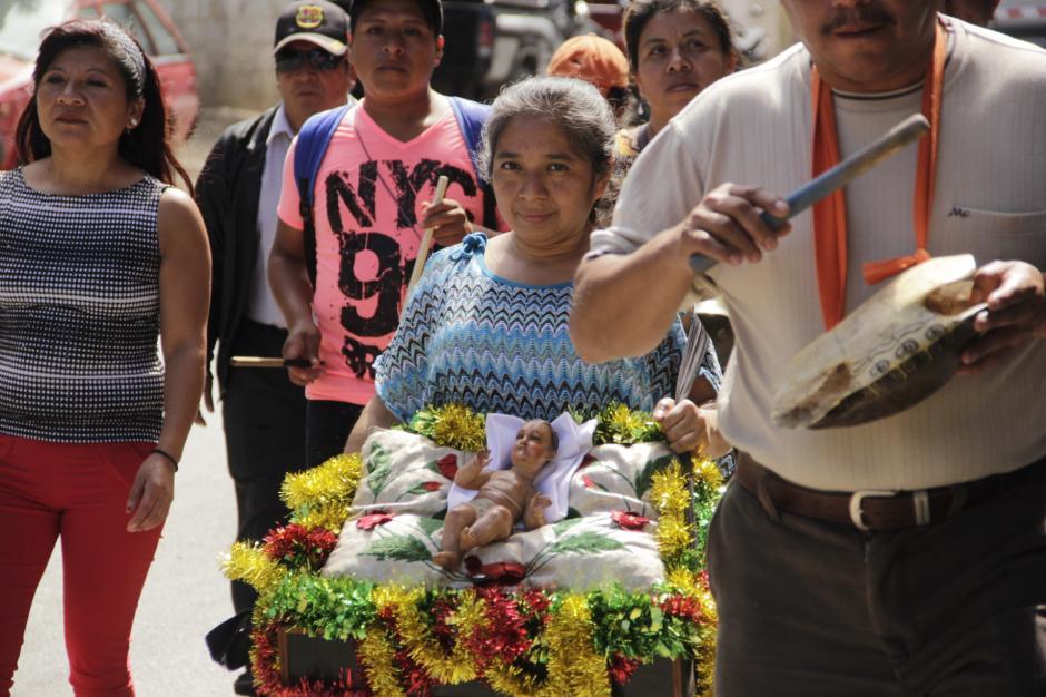 Algunas personas ofrecen ofrendas y refrigerios a los fieles devotos. (Foto: Fredy Hernández/Soy502)