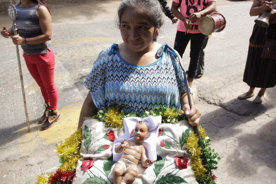 Fieles católicos de Pastores, Sacatepéquez acompañan al Niño Dios. (Foto: Fredy Hernández/Soy502)