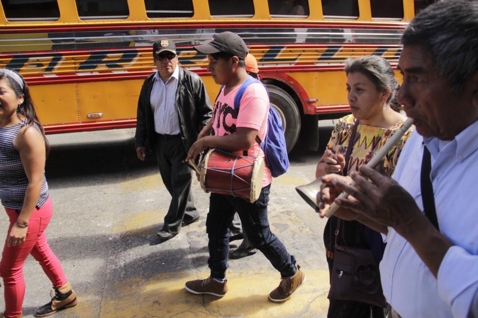 Tortugas, tambores y otros instrumentos anuncian el paso del Niño Dios. (Foto: Fredy Hernández/Soy502)