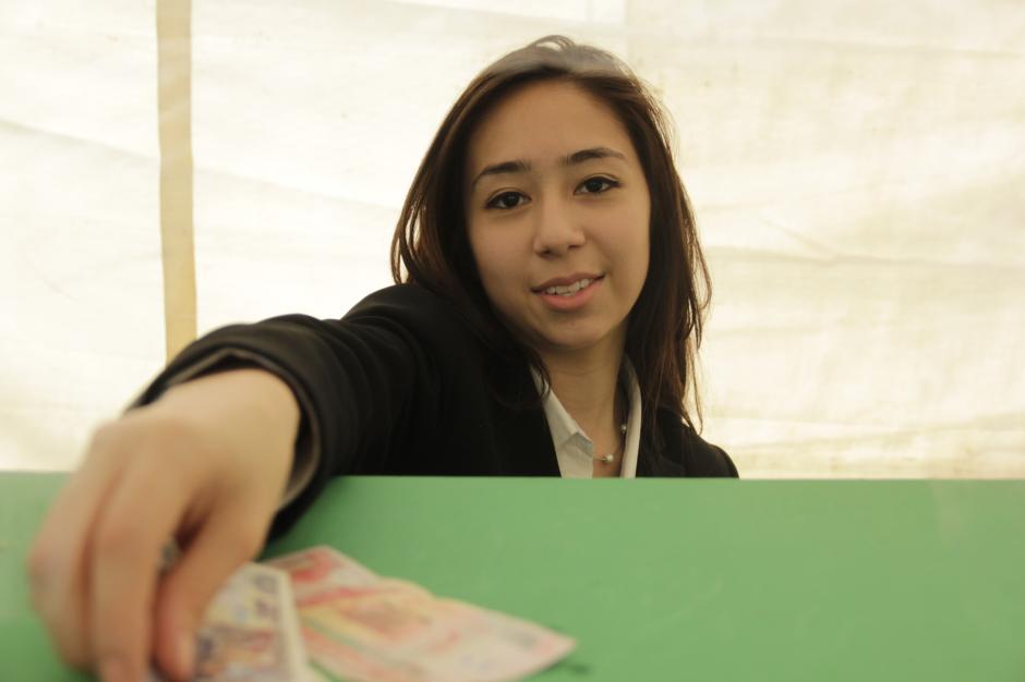 Los alumnos de sexto año fueron los encargados de manejar el dinero en dos sistemas bancarios. (Foto: Fredy Hernández/Soy502)