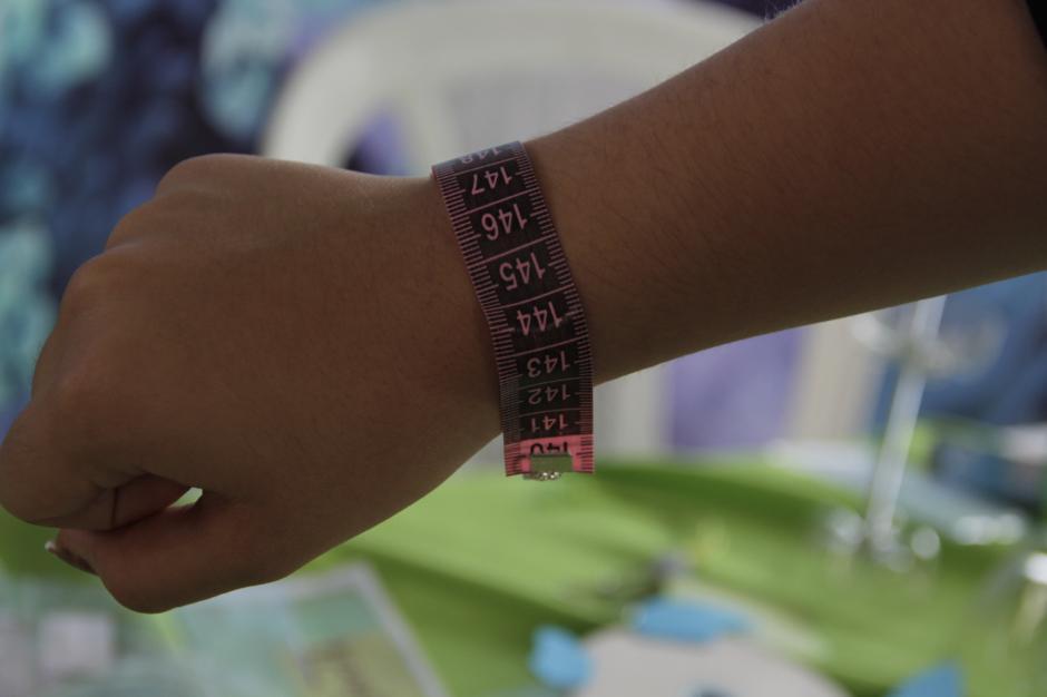 Las pulseras hechas con cinta métrica llamaron la atención de los visitantes. (Foto: Fredy Hernández/Soy502)