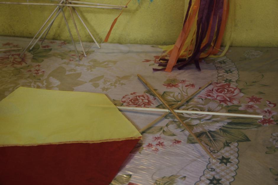 El hexágono de papel debe ser más grande que el formado con las varitas y el hilo para que se pueda pegar y quede bien reforzado. (Foto: Fredy Hernández/Soy502)