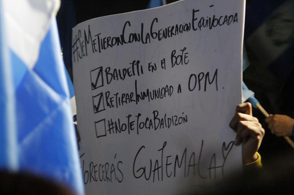 Según este cartel, así se va dando el triunfo de los guatemaltecos.(Foto: Fredy Hernández/Soy502)