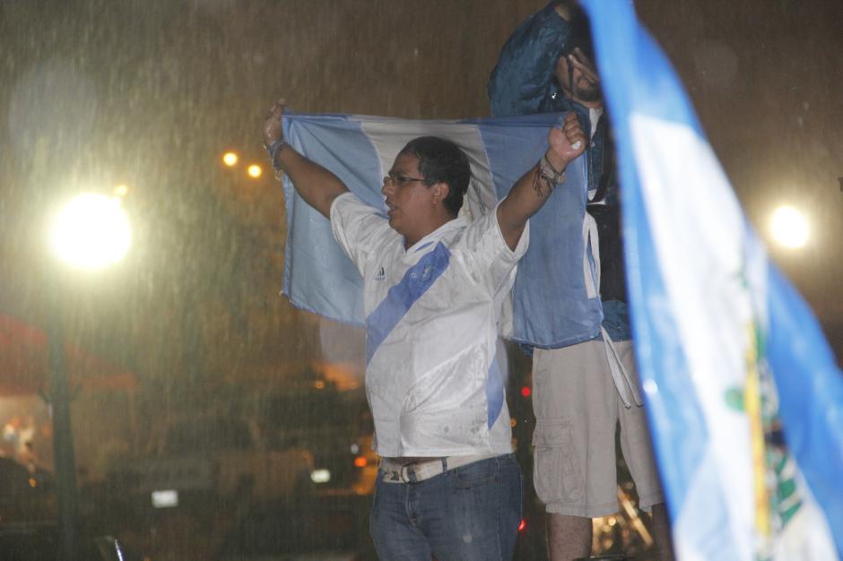 La lluvia no fue impedimiento para que la fiesta continuara hasta la madrugada de este miércoles.(Foto: Fredy Hernández/Soy502)