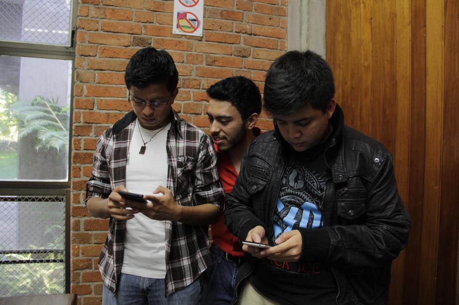 La aplicación ayuda para que las personas puedan tener una interacción adecuada con los amigos y el celular.(Foto: Fredy Hernández/Soy502)