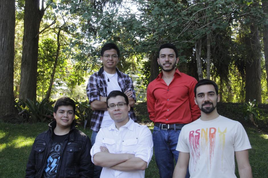 Henzer García, Óscar Gil, Fernando Flores, Boris Becerra y Diego Pérez conforman el grupo de estudiantes que emprenden en el mundo de las aplicaciones con Onlife. (Foto: Fredy Hernández/Soy502)