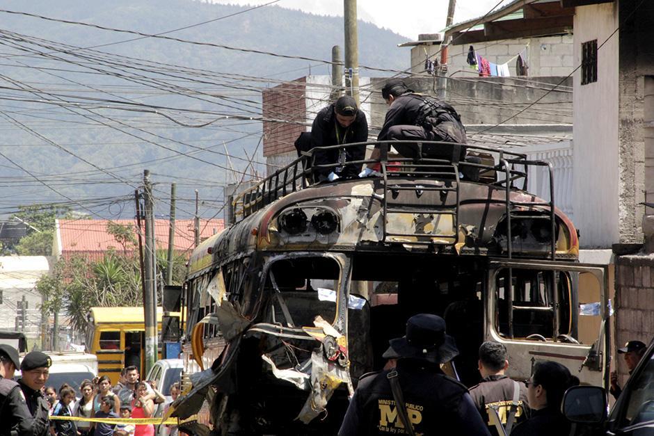 Expertos en explosivos y personal de Ministerio Público recolectaron las evidencias  (Foto: David Ixbalán/Soy502)