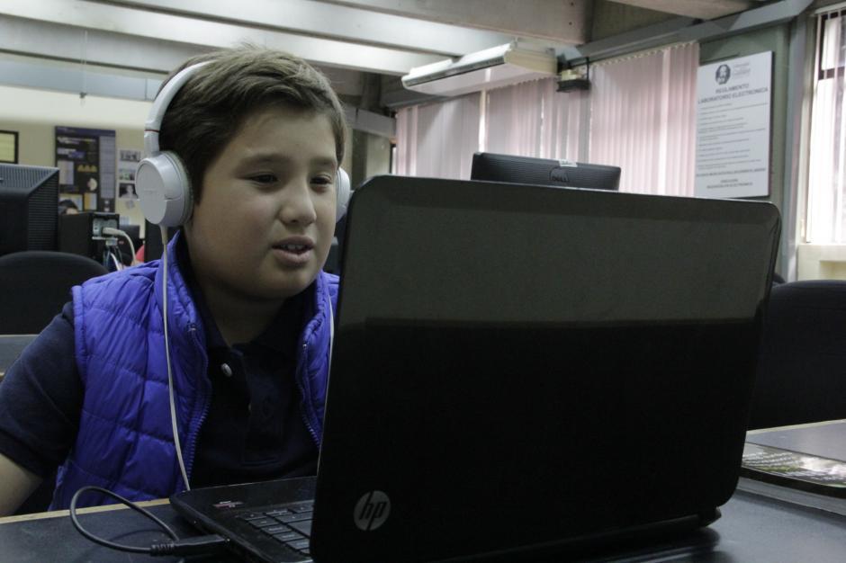 El pequeño espera llegar a ser un ingeniero en sistemas exitoso, mientras tanto practica con sus videojuegos.(Foto: Fredy Hernández/Soy502)