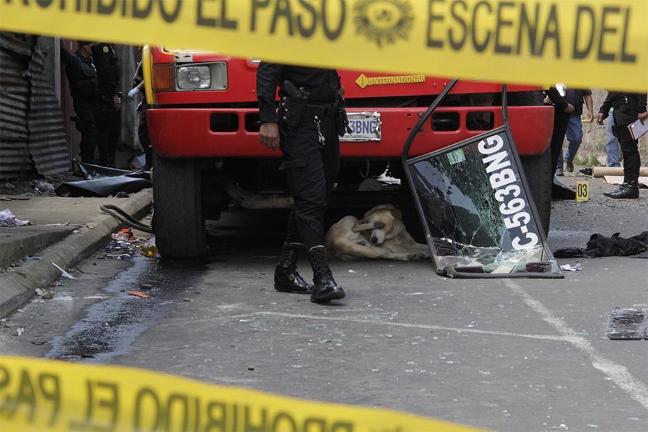 La explosión fue tan fuerte que los vidrios de adelante y atrás del bus se alejaron varios metros.  (Foto: David Ixbalán/Soy502)
