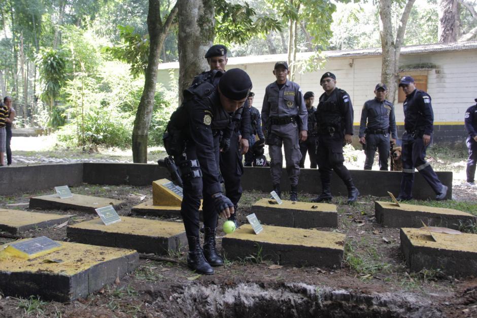 Los agentes se despiden tirando pelotas como las que utilizan para jugar luego de una jornada de trabajo.(Foto: Fredy Hernández/Soy502)