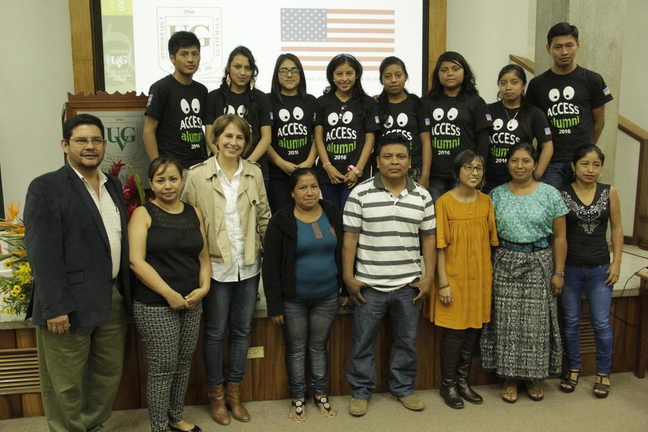 Exalumnos del programa Access, representantes de la UVG y Wakami trabajarán de la mano en la enseñanza de inglés a las artesanas. (Foto: Fredy Hernández/Soy502)