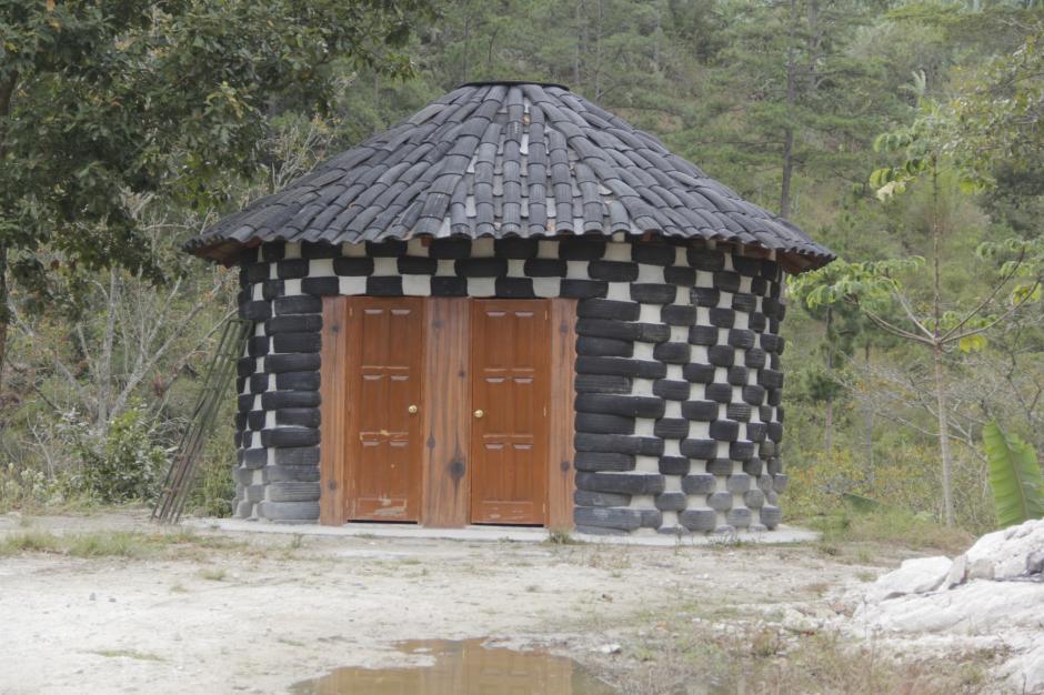 Además, han construido un baño con paredes y techo de caucho. (Foto: Fredy Hernández/Soy502)