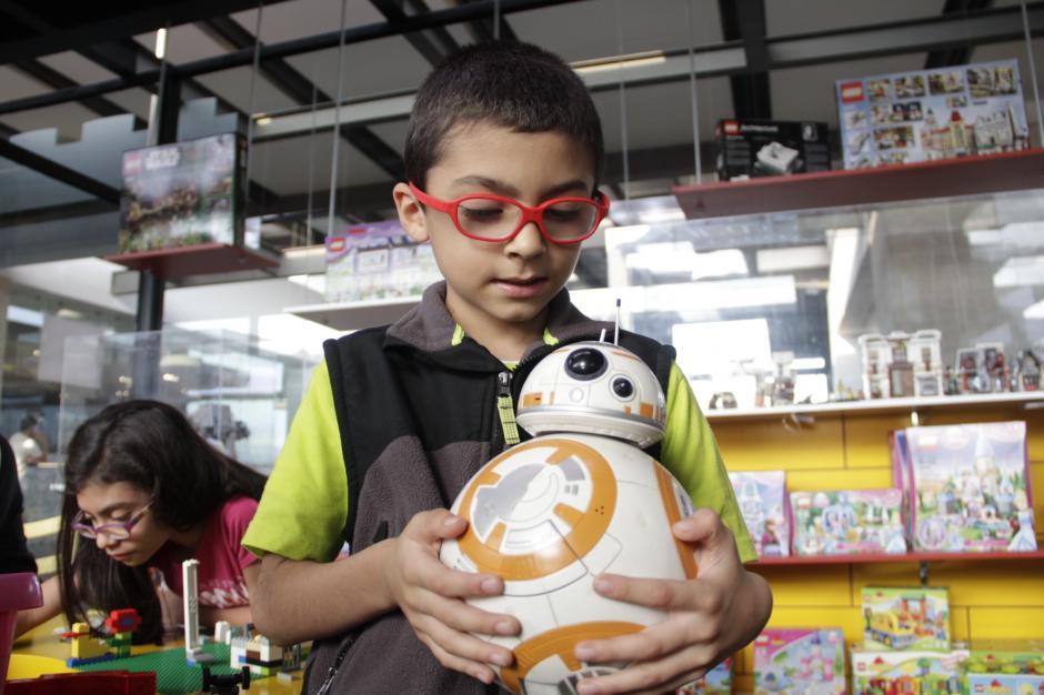 El robot BB-8 Droid es uno de los personajes que aparece en Star Wars 7. En Guatemala, se venden los juguetes de esta figura en Butoys, de Majadas 11. (Foto: Fredy Hernández/Soy502)