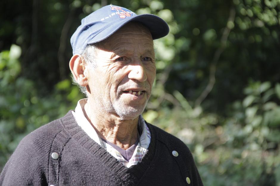 Vidal Argueta sale todos los días a pedir ayuda para su familia y para tratar su enfermedad. (Foto: Fredy Hernández/Soy502)