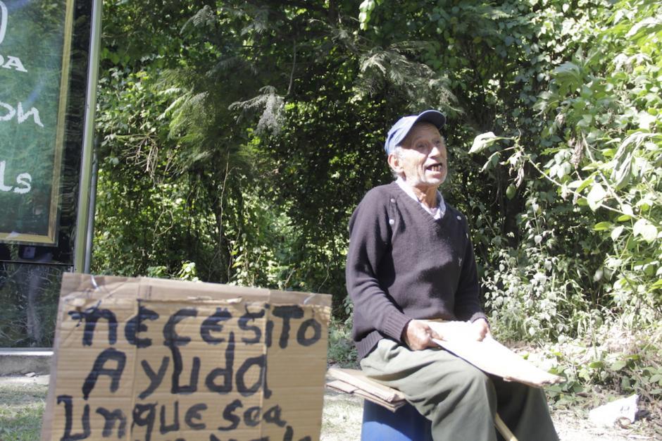 Todos los días sale a esperar que los automovilistas de buen corazón lo ayuden en la salida de Cayalá a Vista Hermosa. (Foto: Fredy Hernández/Soy502)