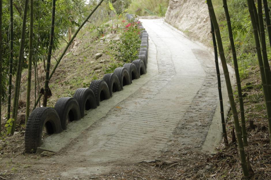 La vereda está señalizada con neumáticos. (Foto: Fredy Hernández/Soy502)