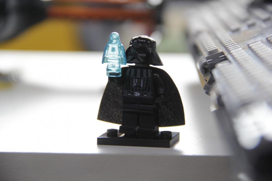 """""""Darth Vader"""" es otra de las figuras que se pueden encontrar en esta tienda, que también trata de ser un museo donde se expongan las mejores recreaciones armadas con Legos.(Foto: Fredy Hernández/Soy502)"""