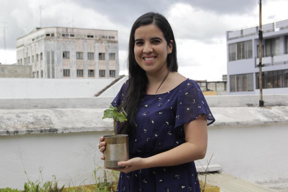 Anayansi cuenta que ha sido una experiencia satisfactoria ver cómo van creciendo sus plantas. (Foto: Fredy Hernández/Soy502)