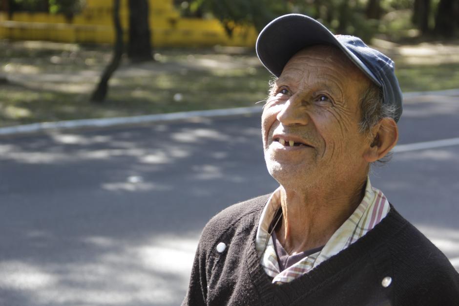 El hombre sufre de problemas con el nervio ciático que le impide movilizarse correctamente. (Foto: Fredy Hernández/Soy502)