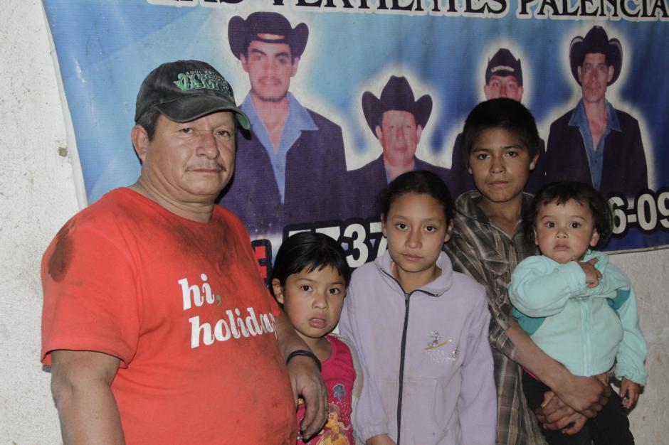 Cristino Pérez espera junto a sus nietos a que su hija, su pareja y sus nietos salgan del hospital. (Foto: Fredy Hernández/Soy502)