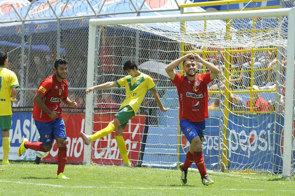 Henry López celebró su doblete ante Petapa, ya es uno de los goleadores de Municipal en el Apertura 2015. (Foto: Orlando Chile/Nuestro Diario)