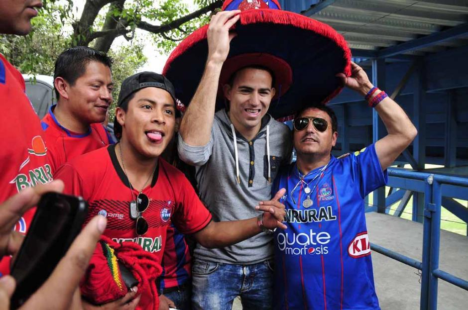 Los aficioandos escarlatas aprovecharon para tomarse la fotografía con Marco Pappa, el volante naciona es el nuevo refuerzo del Chicago Fire de la MLS. (Orlando Chile/Nuestro Diario)