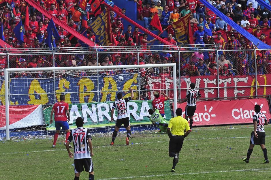 """Mario el """"Loco"""" Rodríguez anotó al minuto 15 y dio esperanza a los rojos. (Nuestro Diario)"""