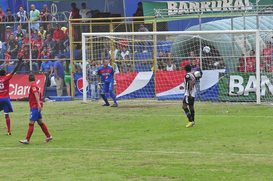 Osmar López sepultó la alegría roja con el empate al minuto 38 obligando a los escarlatas a anotar 4 goles. (Nuestro Diario)