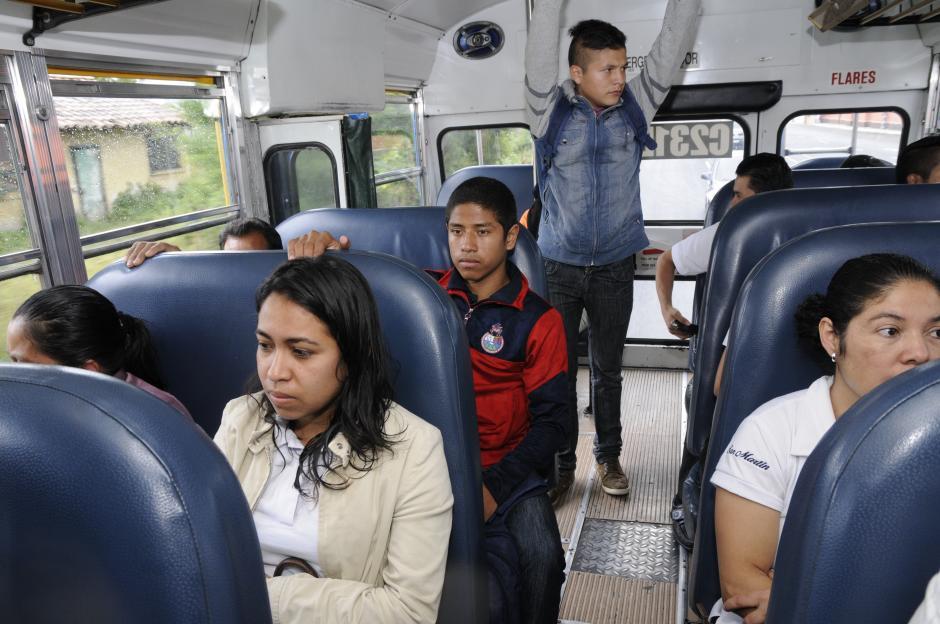 """""""Pedrito"""" como le llaman sus amigos, viaja como uno más en el bus a San José Pinula. Dos quetzales de ida y dos de vuelta.(Foto: Orlando Chile/Nuestro Diario)"""