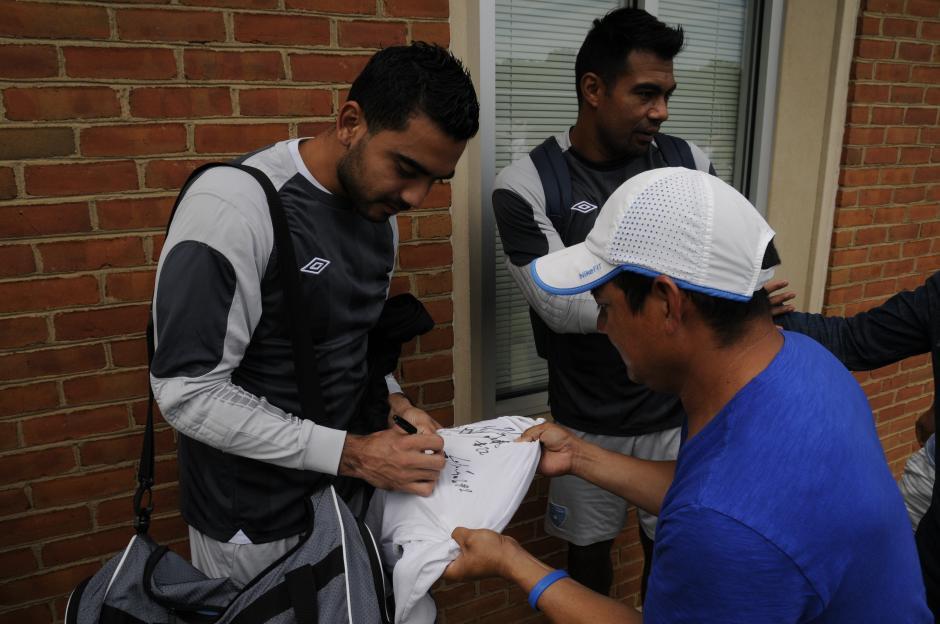 Victor Ayala, tercer portero de la selección de Guatemala firma autógrafos a aficionados en Charlotte. (Foto: Aldo Martínez/Nuestro Diario)