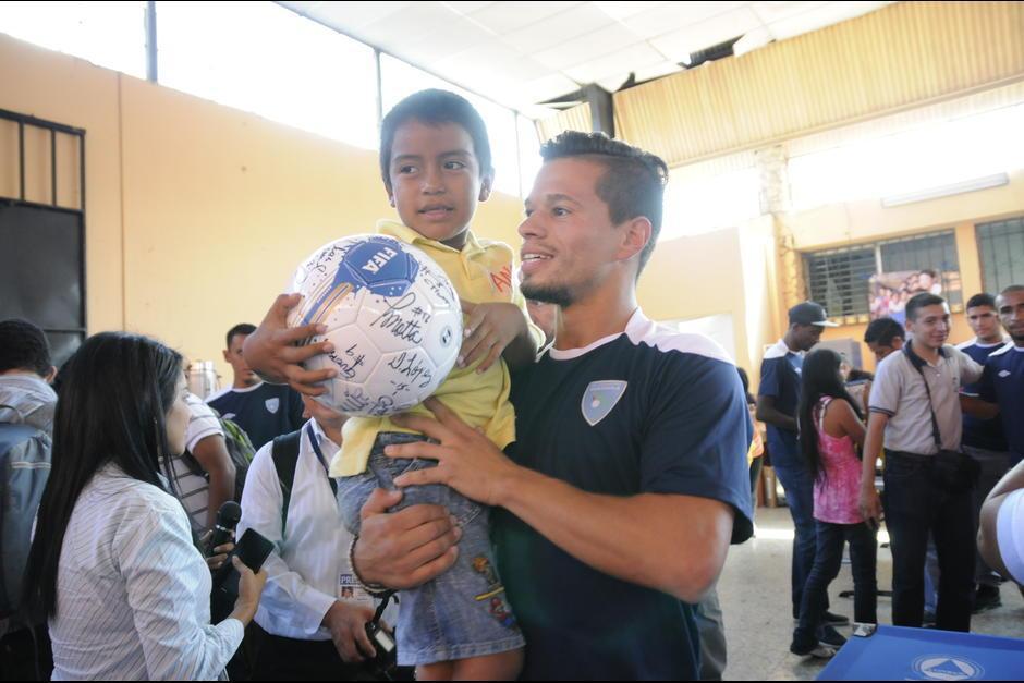 El futbolista espera volver a Guatemala algún día para hacer labor social. (Foto: Soy502)