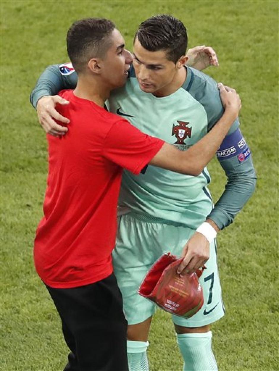 Cristiano Ronaldo abrazó al joven que ingresó al campo para saludarlo. (Foto: Squawka News)