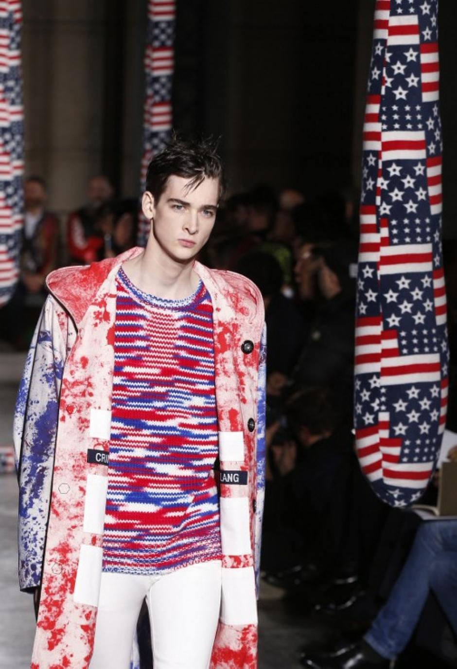 El diseñador belga Raf Simmons también optó por utilizar colores encendidos para la temporada otoño - invierno de 2014