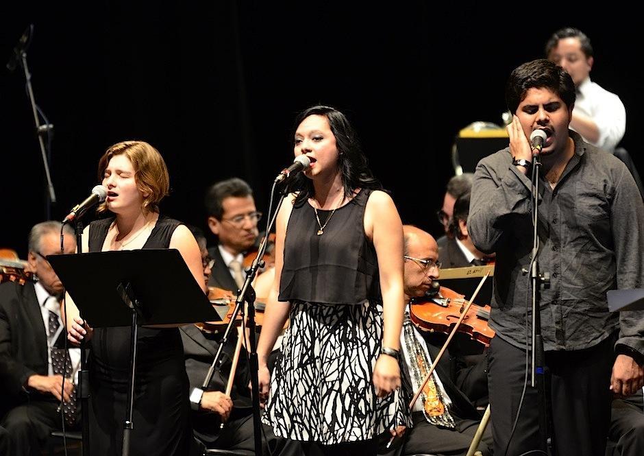 Domi Hunxiker y Sophie Monroy formaron parte del coro de esta presentación. (Foto: Selene Mejía/Soy502)