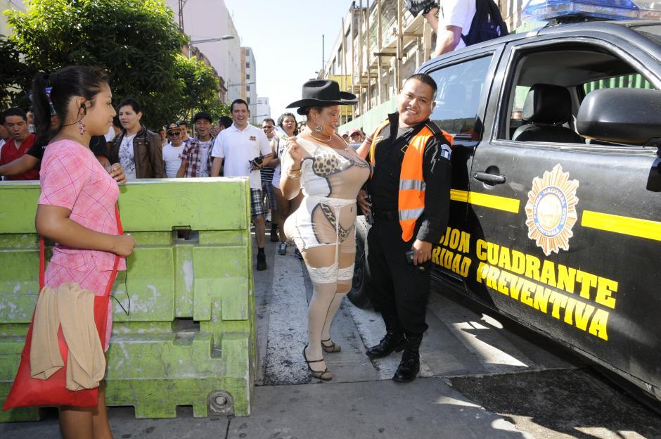 Los asistentes también invitaron a los policías a quitarse los pantalones y protestar. (Foto: Nuestro Diario/Wilver Martínez)