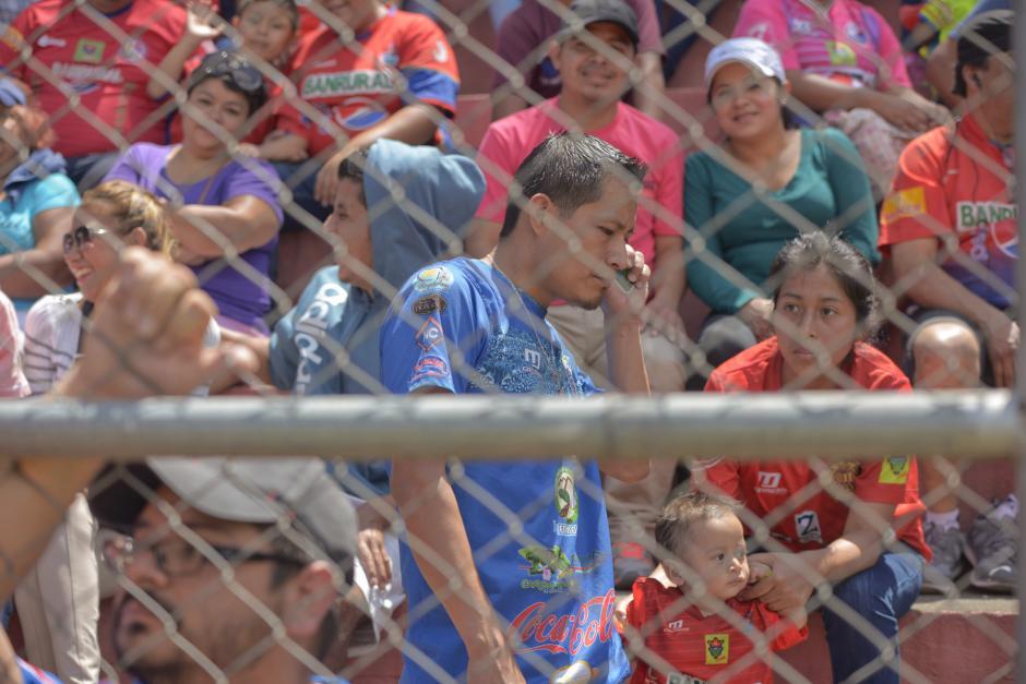 En el partido entre Municipal y Suchitepéquez, un aficionado con su camiseta de Cobán Imperial estaba en la preferencia. (Foto: Wilder López/Soy502)