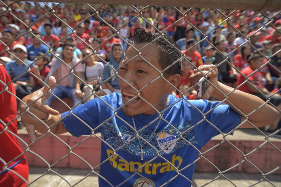 El aficionado demostró su pasión por Municipal y estuvo todo el partido alentando a sus jugadores. (Foto: Wilder López/Soy502)