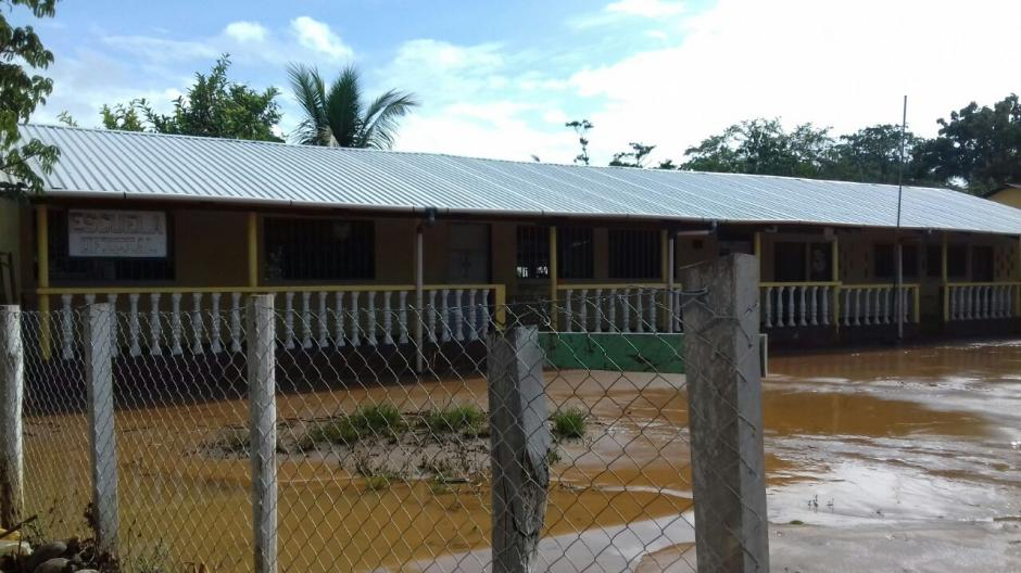 La escuela de la aldea Punta de Caimanes resultó afectada por la inundación. (Foto: Conred)