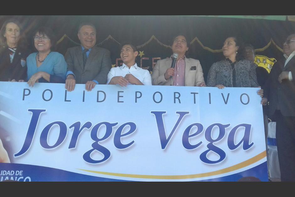 Las autoridades de la municipalidad de Jocotenango reconocen la trayectoria de Jorge Vega. (Foto: Pablo Solís/Nuestro Diario)