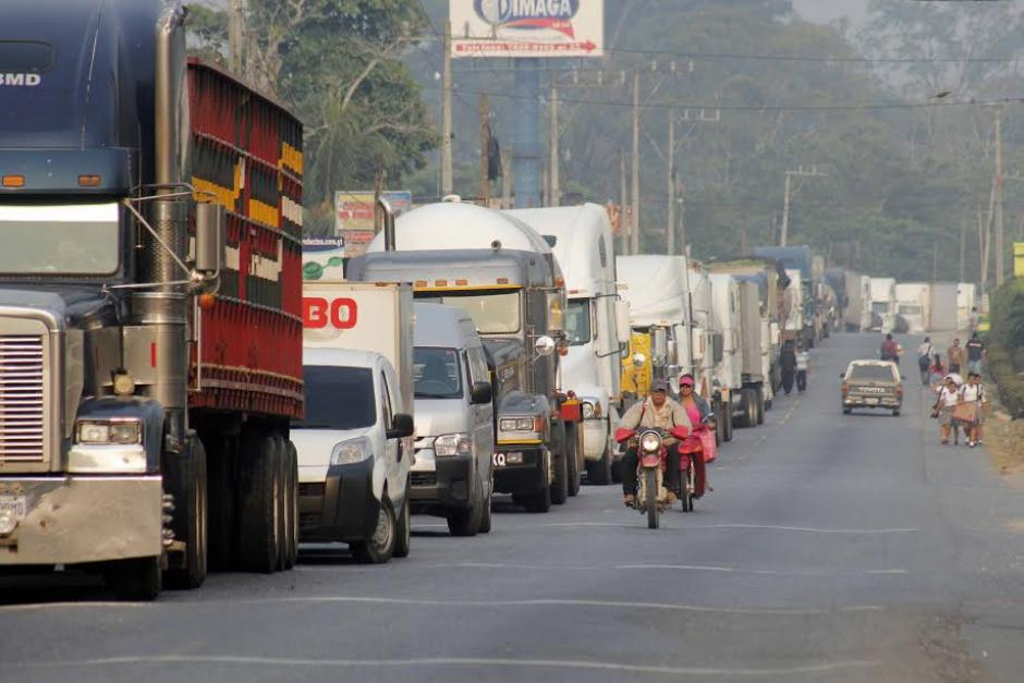 En Morales, Izabal, se formaron largas filas de vehículos por los bloqueos en el kilómetro 244 de la ruta al Atlántico. (Foto: Edwin Perdomo/ Nuestro Diario)