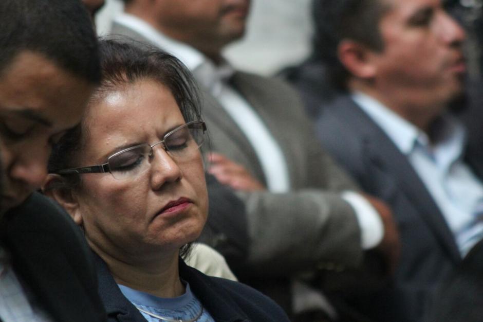 La sindicada Emilia Ayuso descansa mientras se realiza la jornada 11 de la audiencia de primera declaración. (Foto: Alejandro Balán/Soy502)
