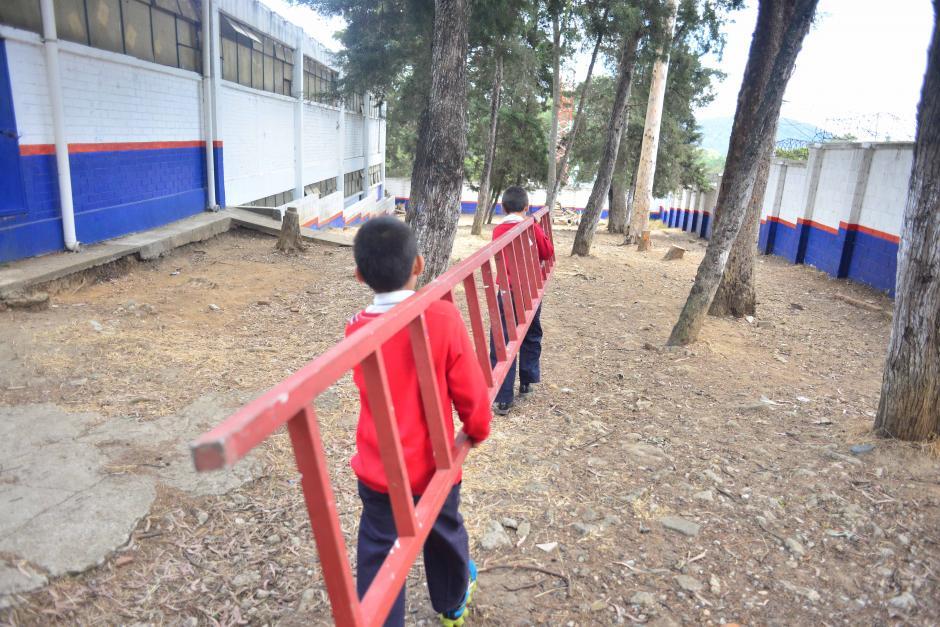La escuela tiene dos patios para que los menores se recreen, pero están en malas condiciones. (Foto: Jesús Alfonso/Soy502)