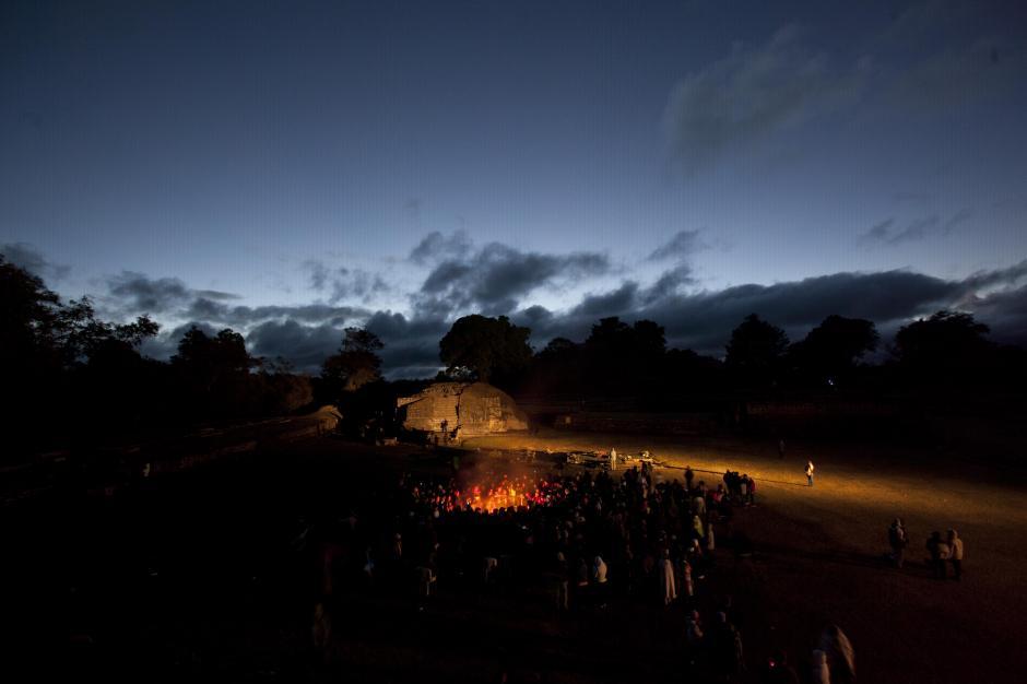 Guatemala: el amanecer del 22 del diciembre fue el momento más esperado para lacomunidad maya del centro ceremonial arqueológico Iximche, en Técpan,Guatemala; el nuevo día, más allá de la creencia del fin del mundo,significó el inicio de una nueva era para su calendario. (Foto: Moisés Castillo/AP)