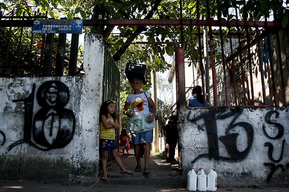 El Salvador: entrada del pasaje de La Colonia Popotlán, Apopa. Los vecinosestán viviendo entre las fronteras de las dos pandillas. (Foto: Francisco Campos/Prensa Gráfica)