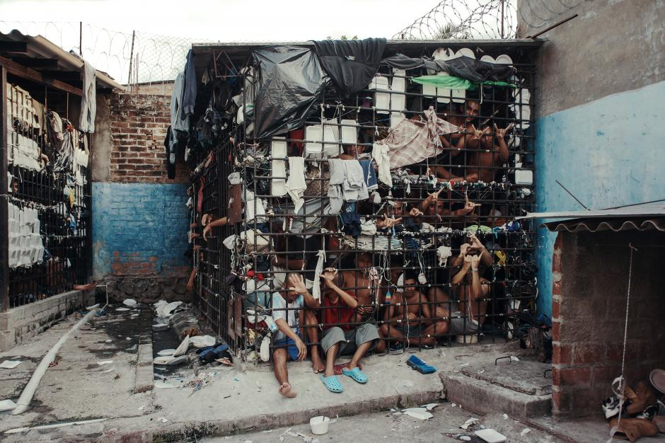 El Salvador: bartolinas de la Policía en la ciudad de Quezaltepeque, La Libertad. Un espacio destinado a la reclusión de 12 por 15 metros diseñados para ser celdas de 72 horas. Muchas personas han sido encarcelados por más de un año en estas condiciones. (Foto: Giles Clarke/Getty Images)