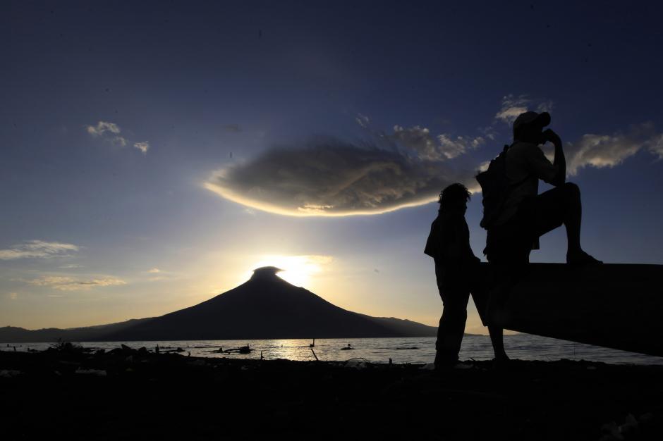 Nicaragua: gente pesca al amanecer en el lago Xolotlán o Lago de Managua, en el pueblo pesquero de la ciudad Momotombo. Al fondo se observa el volcán del mismo nombre (Foto: Oswaldo Rivas)