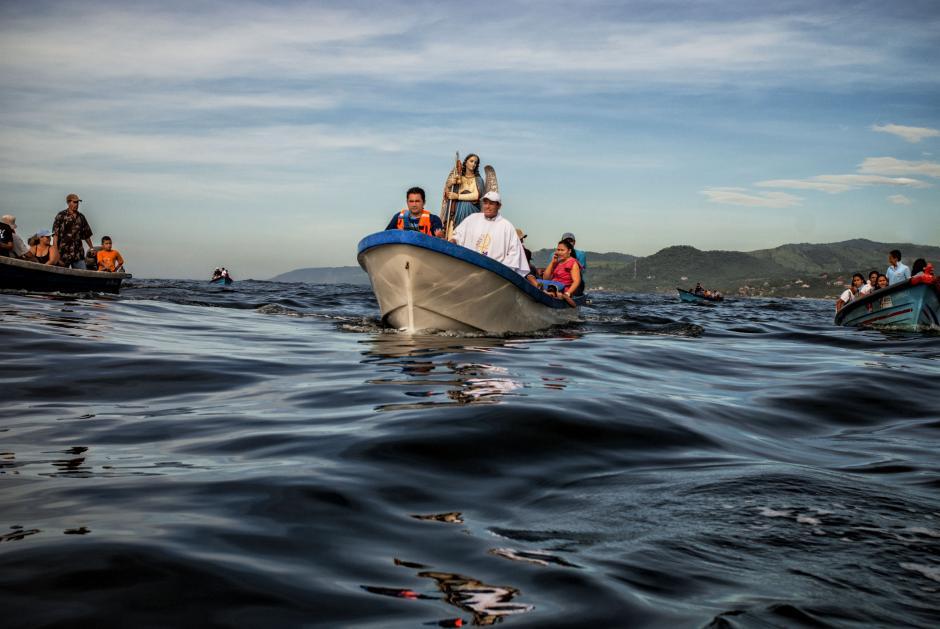 El Salvador: pescadores del Puerto de La Libertad realizan una procesión con la imagen de San Rafael Arcángel, en el marco de las fiestas patronales que se desarrollan en esta localidad. (Foto: Juan Carlos/independiente)