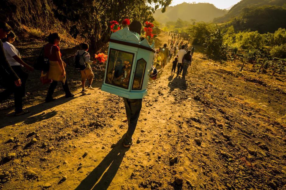 Fieles católicos participan en la peregrinación del niño zarco y el niño jesusito, una tradición de fe que inicia en San Ramón y Candelaria, Cuscatlán. Y culmina en San Pedro Nonualco, La Paz. (Foto: EDH Marvin Recinos)