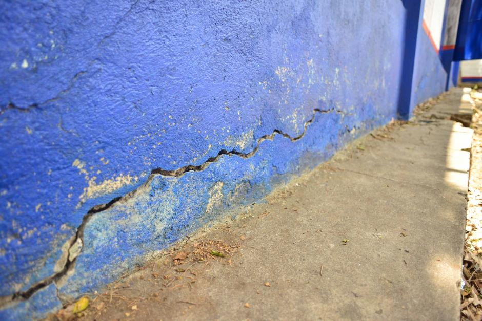 Una grieta atraviesa uno de los muros laterales del centro educativo. (Foto: Jesús Alfonso/Soy502)