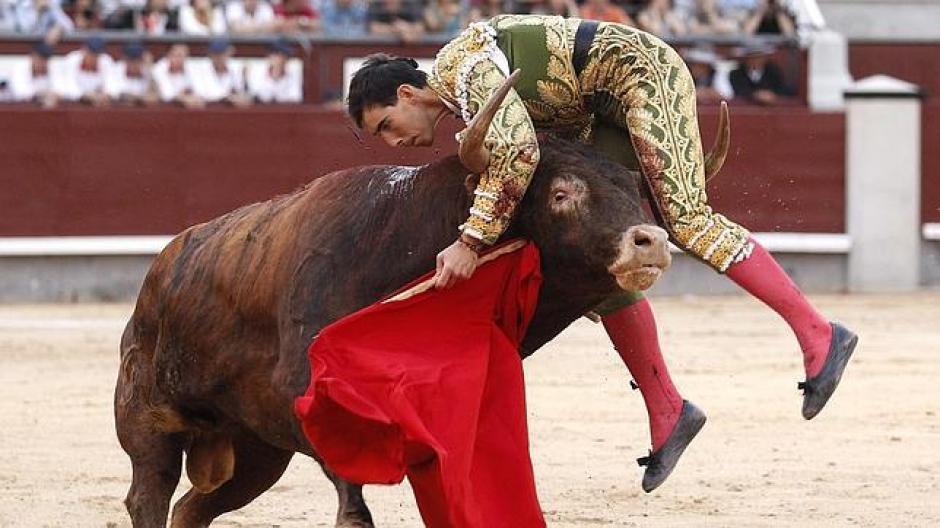 El torero Saúl Jiménez Fortes recibió una cornada en el cuello que llegó hasta la base de su cráneo y le destrozó el paladar. (Foto: abc.es)